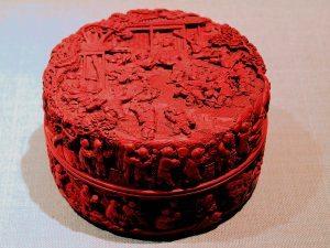 Kínai ékszer doboz a Qing dinasztia idejéből. A vörös lakkot cinóberrel színezték