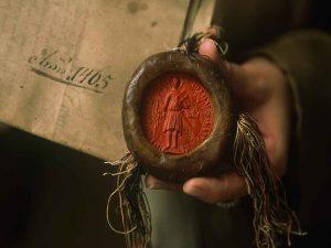 """A középkorban a pecsétviaszt azért nevezték """"Spanyol viasznak"""" mert az élénk vörös színű pecsétviasz egyik összetevője, színezőanyaga a cinóber volt, aminek ismert korábbi forrása a Spanyolországi bányák voltak. Tehát a cinóber Spanyol eredete alapján nevezték el Spanyol viasznak, a pecsétviaszt."""